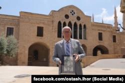 Посол України в Лівані Ігор Осташ на території Лівану з факсимільним виданням Євангелія