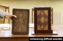 «Зустріч» двох Мазепинських Євангелій: оригінал та факсиміле